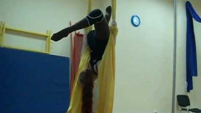Урок по гимнастике на полотнах - вис на руках